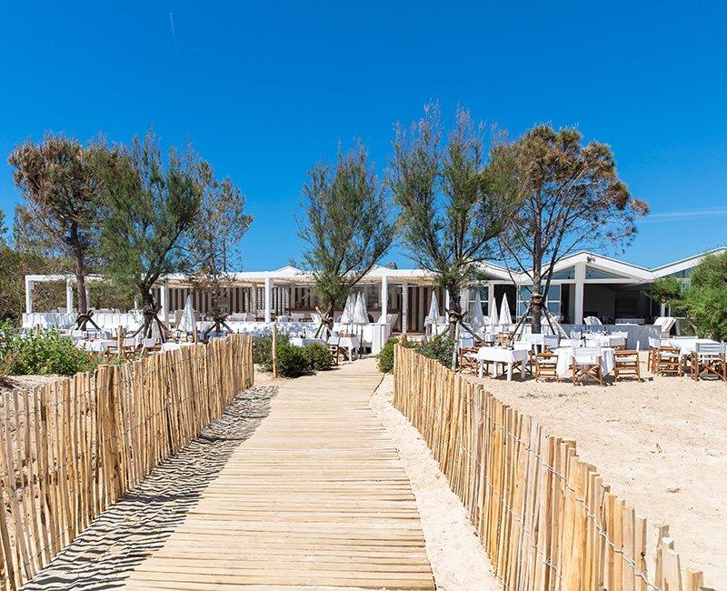 table-au-bord-de-mer-tropicana-la-plage